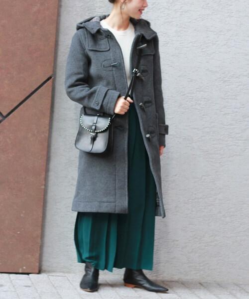 モスグリーンプリーツスカート×グレーダッフルコートのコーデ画像