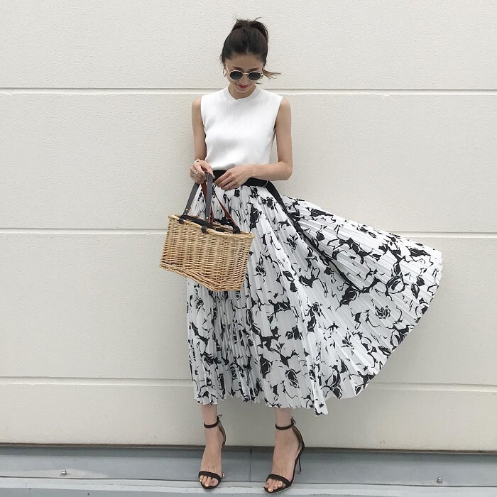 白ノースリーブニット×大花柄フレアスカートのコーデ画像