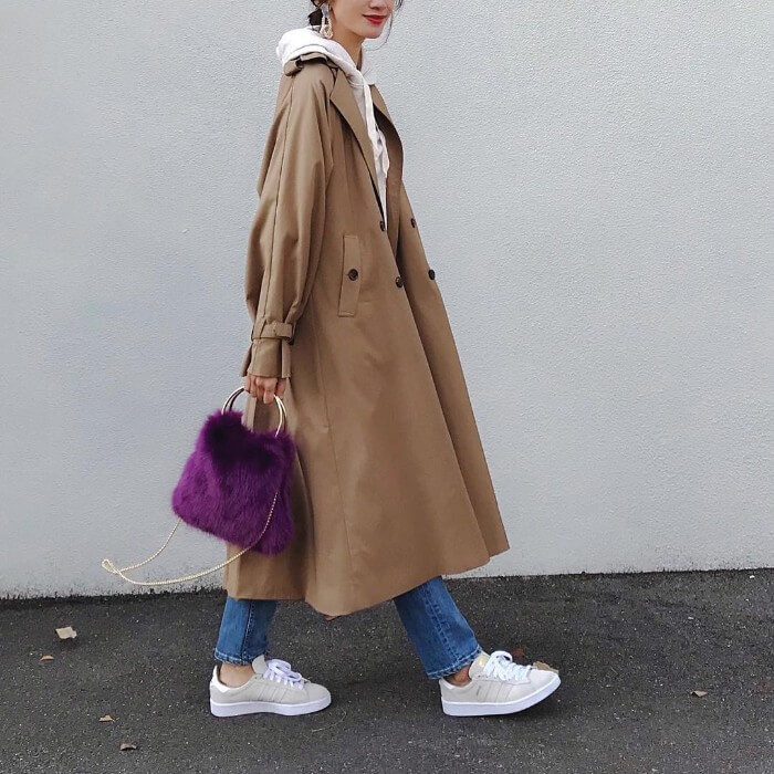 紫バッグを差し色としたコーデ画像