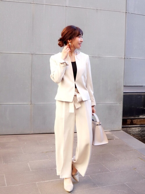 「白」セットアップスーツのコーデ画像