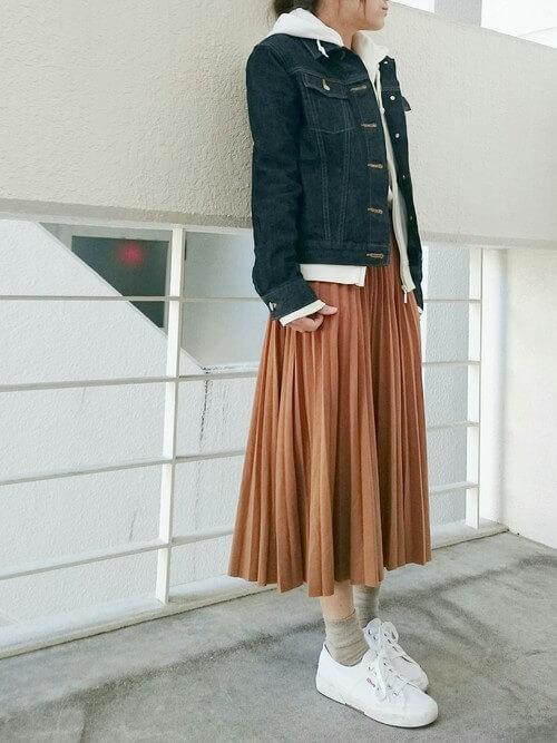 デニムジャケット×白パーカー×オレンジスカートのコーデ画像