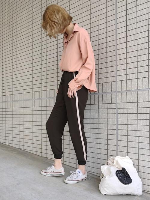 桜色のシャツのコーデ画像