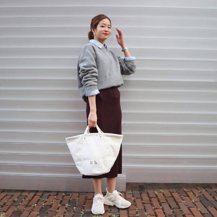 ニット&シャツレイヤード×茶色ニットタイトスカートのコーデ画像