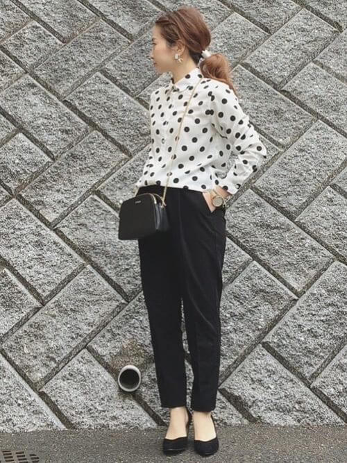 白ドットシャツ×黒テーパードパンツのコーデ画像