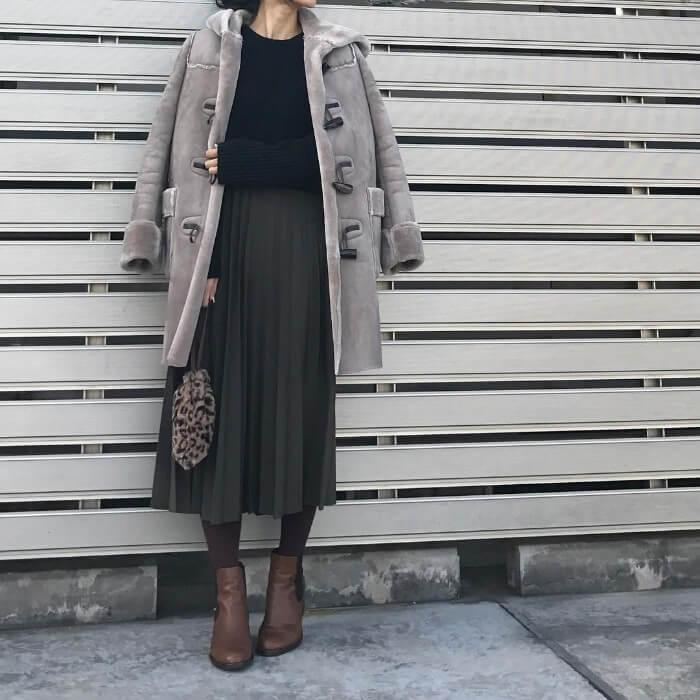 ロング丈ムートンコート×プリーツスカートのコーデ画像