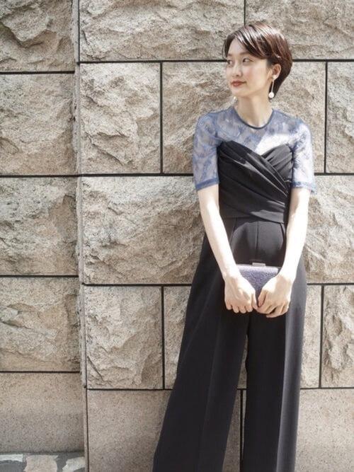 レーストップス×黒パンツドレスのコーデ画像