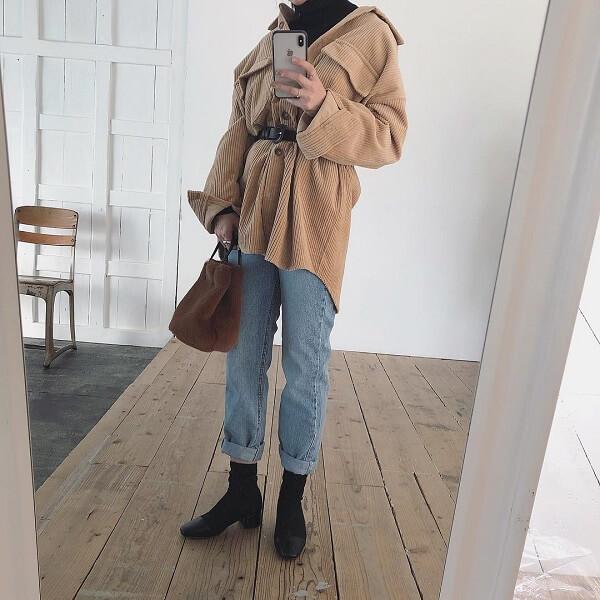ベージュのコーデュロイシャツジャケットと細身のデニムのコーデ画像