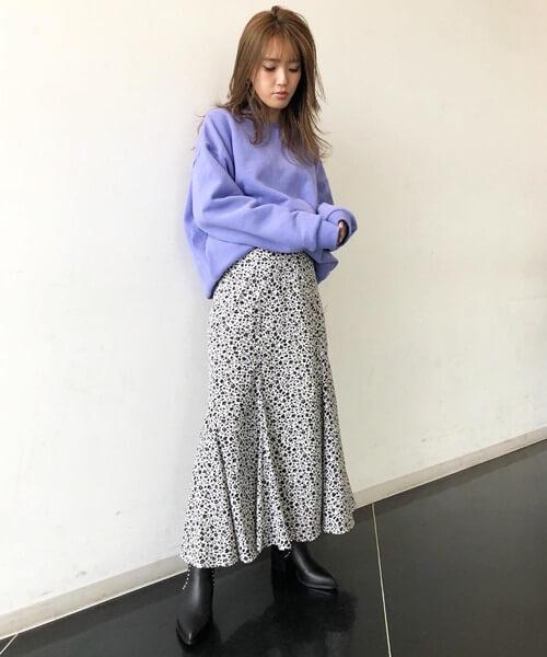 カラースウェット×小花柄スカートのコーデ画像