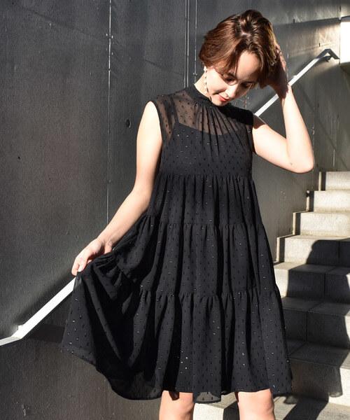 Aライン黒ドレスのコーデ画像
