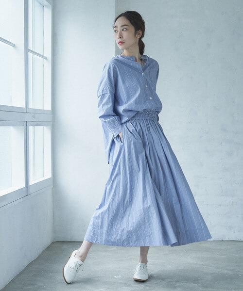 ストライプスカートと同素材のシャツを合わせたセットアップコーデ画像