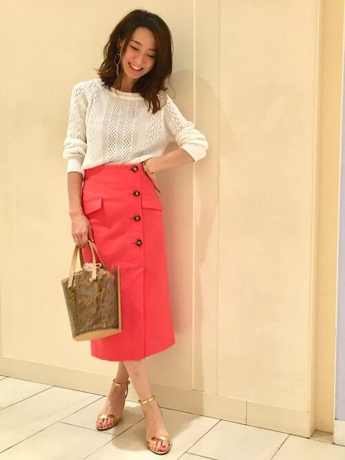 透かし柄ニットプルオーバー:×オレンジタイトスカートのコーデ画像