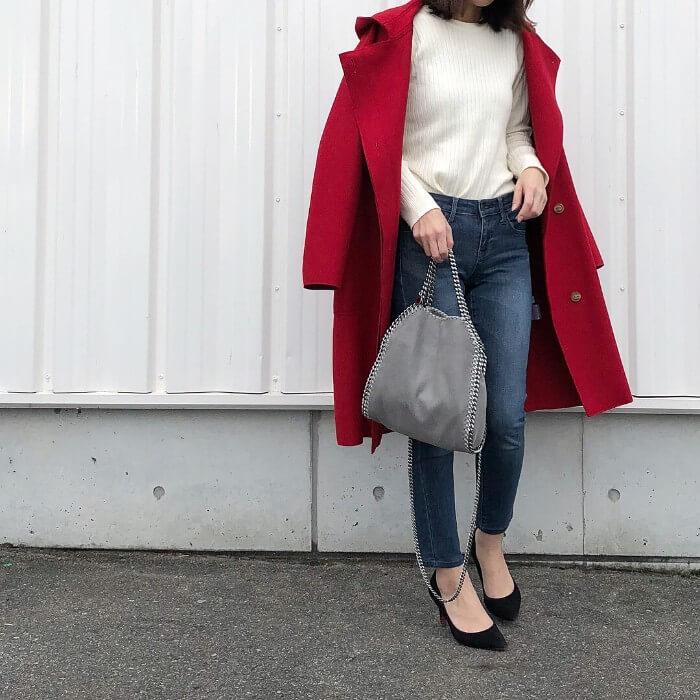 赤コート×白ニット×スキニーデニムのコーデ画像