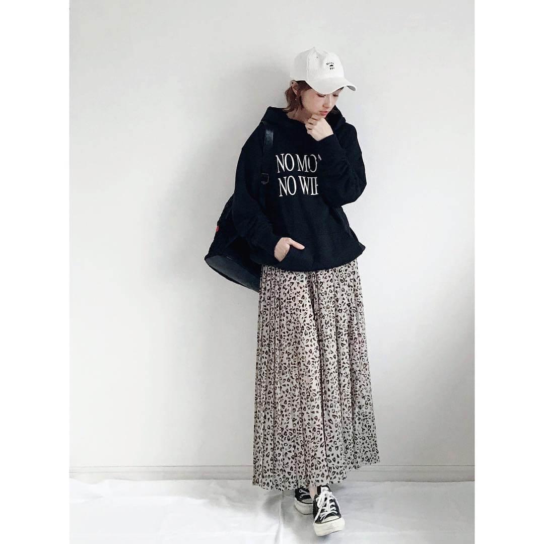 レオパード柄フレアスカート×厚手パーカーのコーデ画像