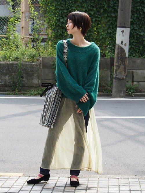 ヴィンテージ風ベージュのシースルースカートのコーデ画像