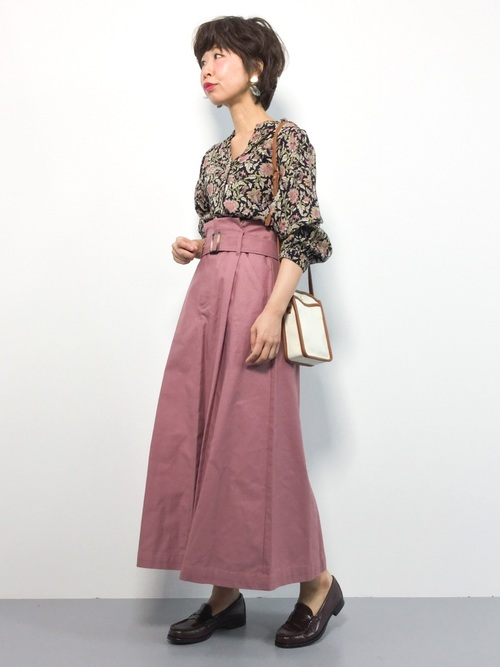 花柄ブラウス×ピンクスカート×茶色ローファーのコーデ画像