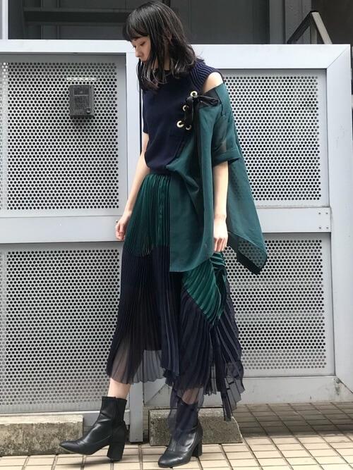 カラーを取り入れたモード系ファッションの画像
