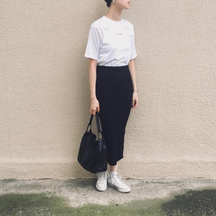 黒タイトスカート×白スニーカーのコーデ画像
