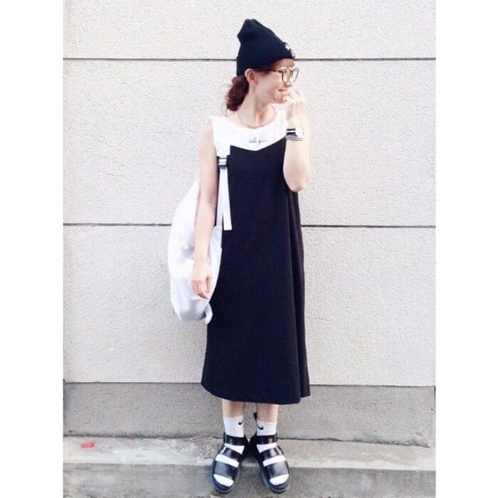 黒ニット帽×キャミワンピースレイヤードのコーデ画像