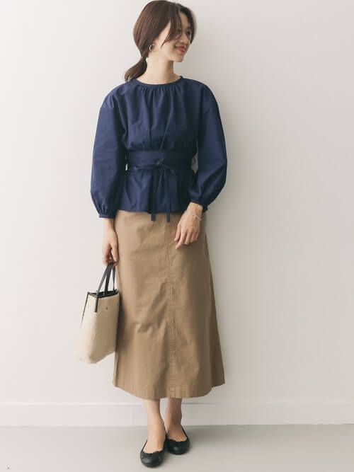 ブラウス×ベージュロングスカートのコーデ画像