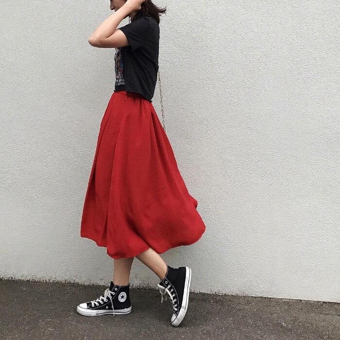 赤タックフレアスカート×黒Tシャツ×黒ハイカットスニーカーのコーデ画像