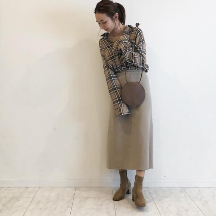 ベージュチェック柄ブラウス×ベージュロングスカートのコーデ画像