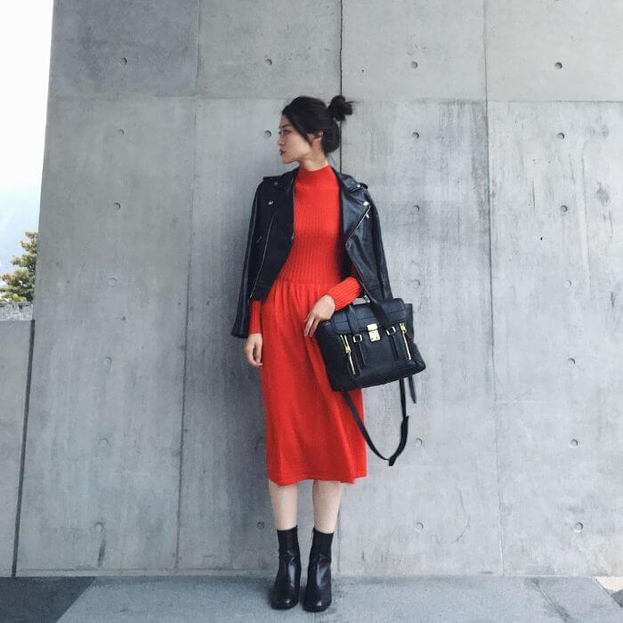 レザージャケット×赤ニットワンピースのコーデ画像