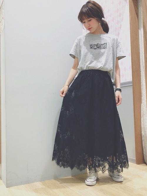 レーススカート×プリントTシャツ&スニーカーのコーデ画像