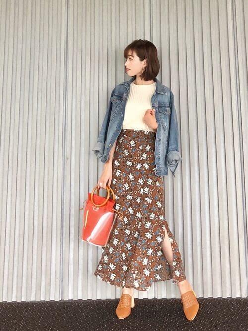 Gジャン×ブラウン花柄スリットスカートのコーデ画像