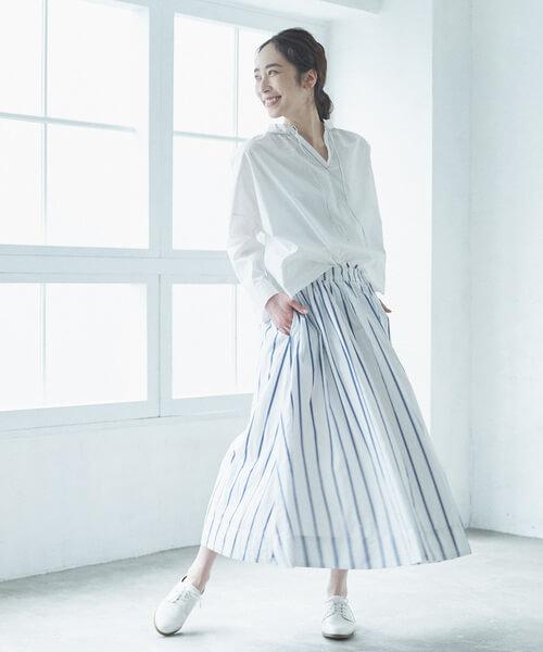 白ブラウス×ストライプスカートのオールホワイトコーデ画像