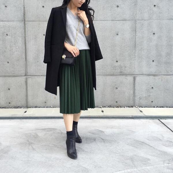 黒 チェスターコート×グレー Vネックニット×グリーン プリーツスカート×黒 ミドルブーツのコーデ画像