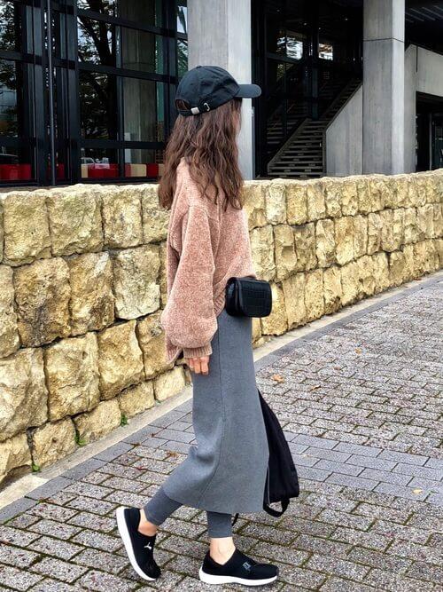 グレーニットタイトスカート×ベージュモールニットのコーデ画像