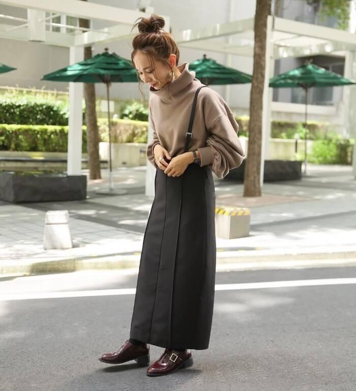 グレータイトスカート×ベージュのゆったりトップスのコーデ画像