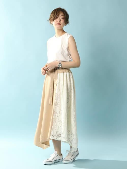 白レース切替スカート×白コンバースのコーデ画像