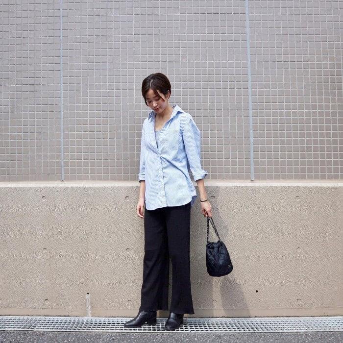 ストライプシャツ×黒ワイドパンツのコーデ画像