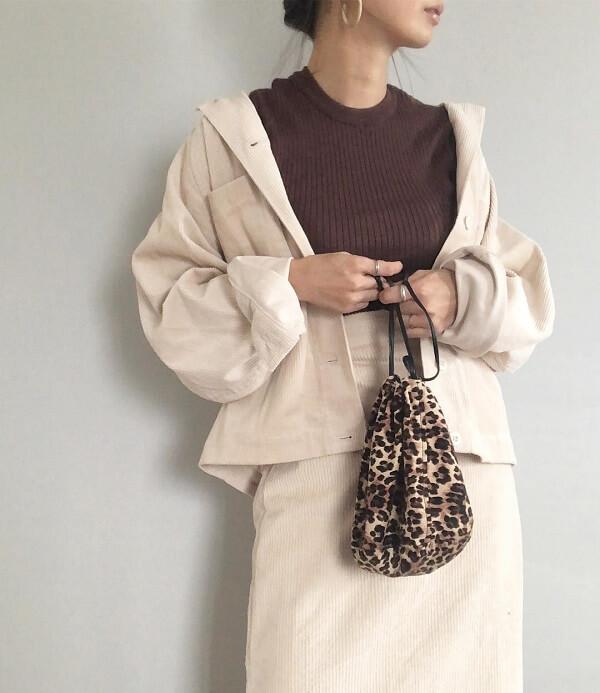 ベージュのデニムジャケットと、ベージュのデニムスカートのコーデ画像