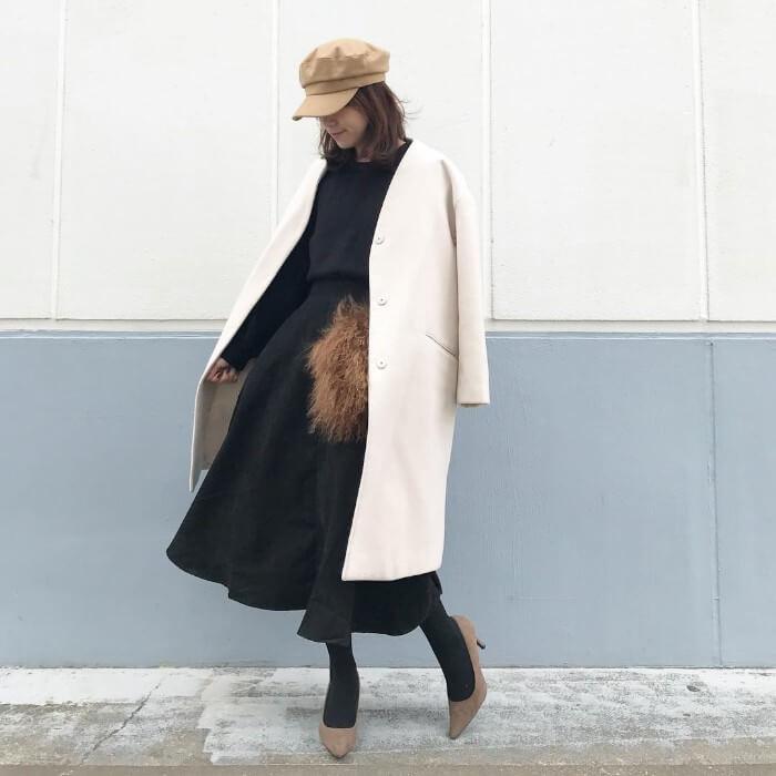 黒フレアスカート×白コートのコーデ画像