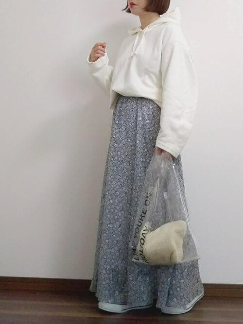 白パーカー×小花柄ロングスカートのコーデ画像