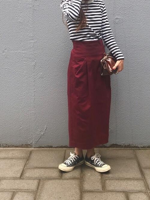 ボーダー柄トップス×赤チノタイトスカートのコーデ画像