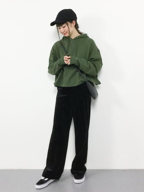 緑パーカー×黒ベロアワイドパンツのコーデ画像