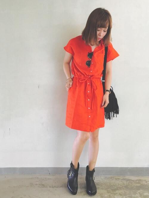 オレンジシャツワンピース×黒ショートブーツのコーデ画像
