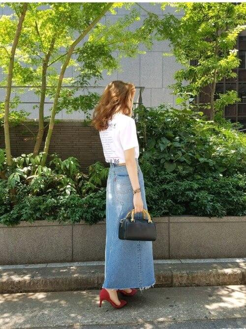 Tシャツ×デニムスカートのコーデ画像