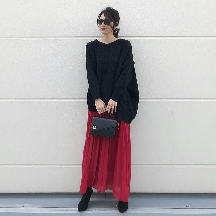 黒ロングニット×赤シフォンプリーツスカートのコーデ画像