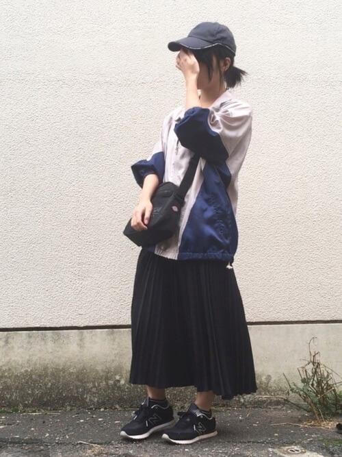 ナイロンブルゾン×黒プリーツスカート×501のコーデ画像