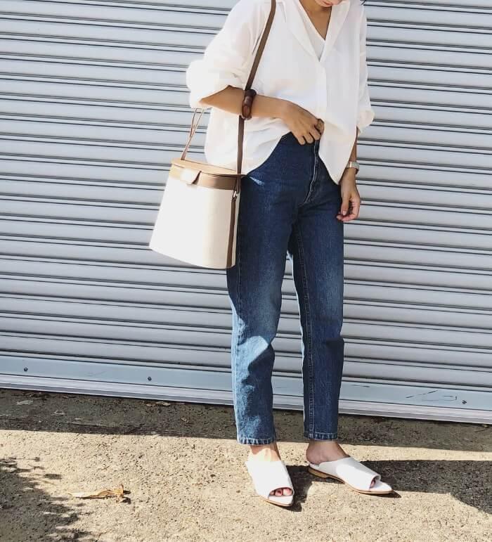 白オーバーサイズシャツ×ジーンズ×白小物のコーデ画像