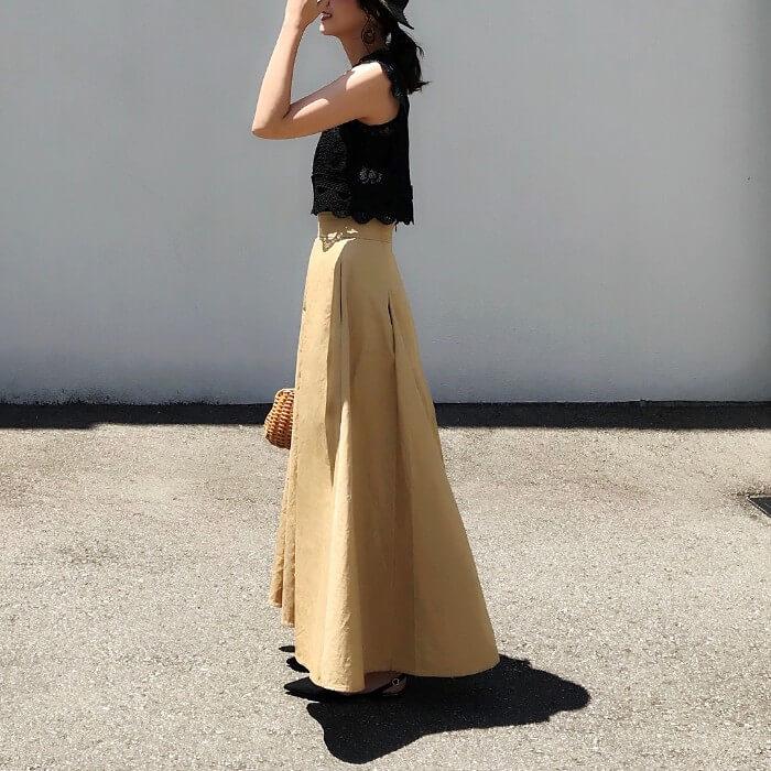 黒レーストップス×マキシ丈スカートの夏コーデ画像