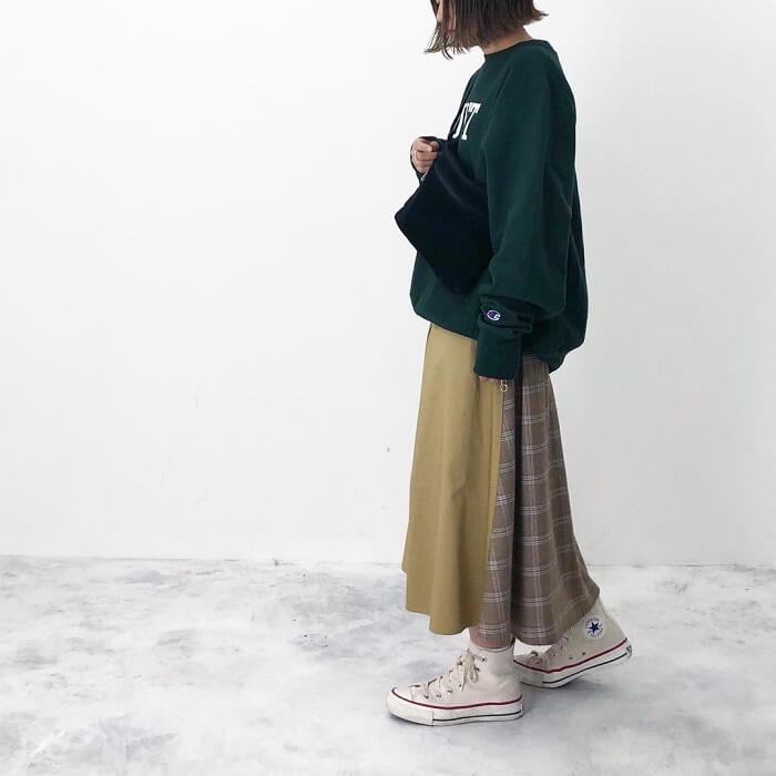 カーキフレアスカート×白スニーカーのコーデ画像