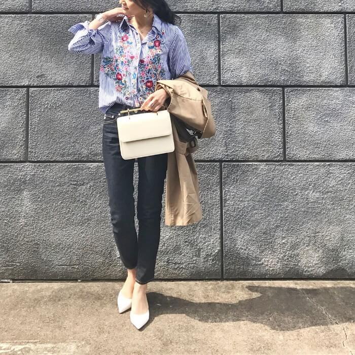 フラワー刺繍シャツ×インディゴジーンズのコーデ画像