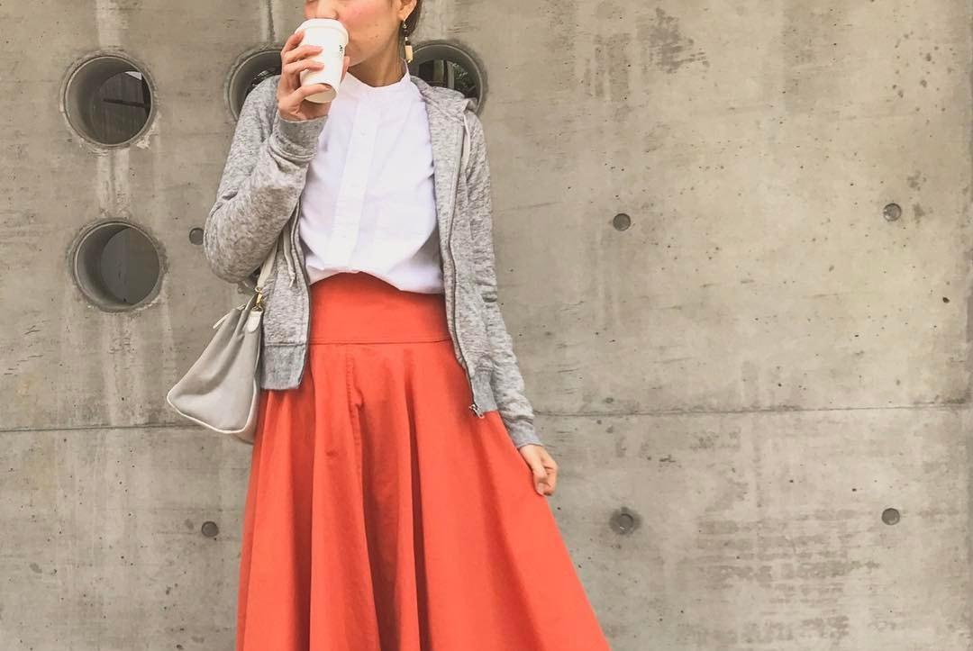 スカートルックはきれい目カラーで主張する!赤スカートで勝負するココイチ春夏コーデ