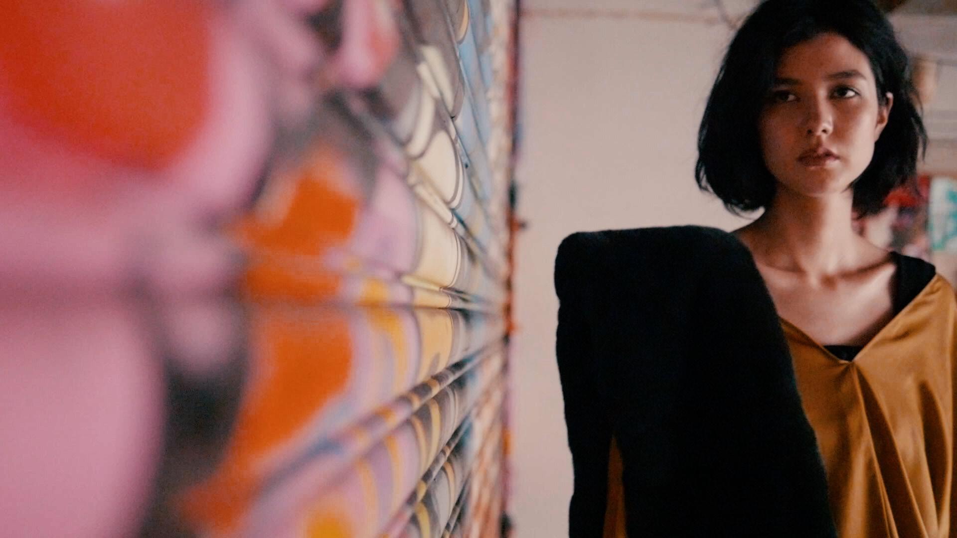 【トレンドを先取る色vol.3】アートに着映える「マスタードカラー」が主役のイマドキコーデに挑戦!