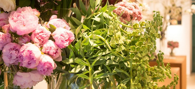 パリのお花屋さん『jardin du I'llony』が教える【花一輪とリボンの簡単アレンジ】